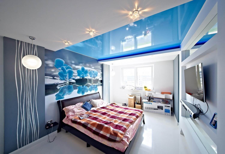 Глянцевый потолок в спальне